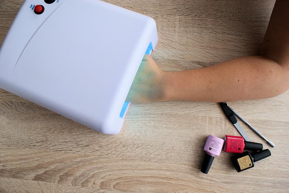 manicure-hybrydowy-krok7-utwardzanie-lampa-uv