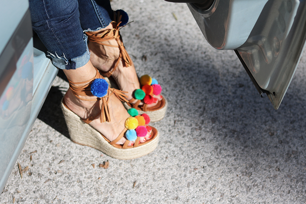 sandały z pomponem