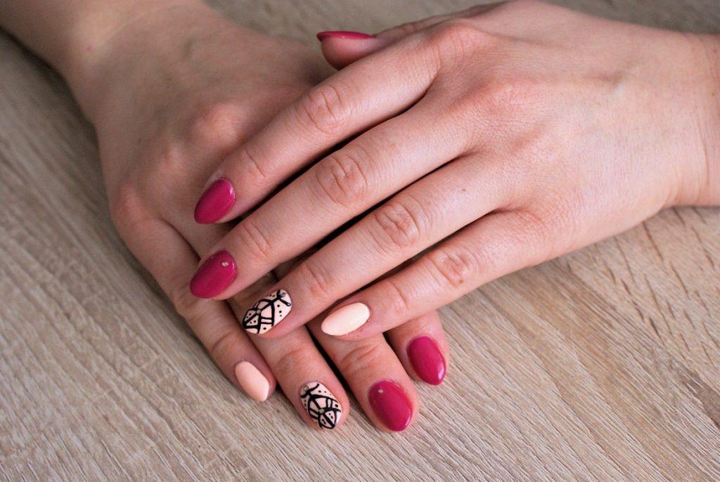 manicure fiolet i brzoskwinia 2