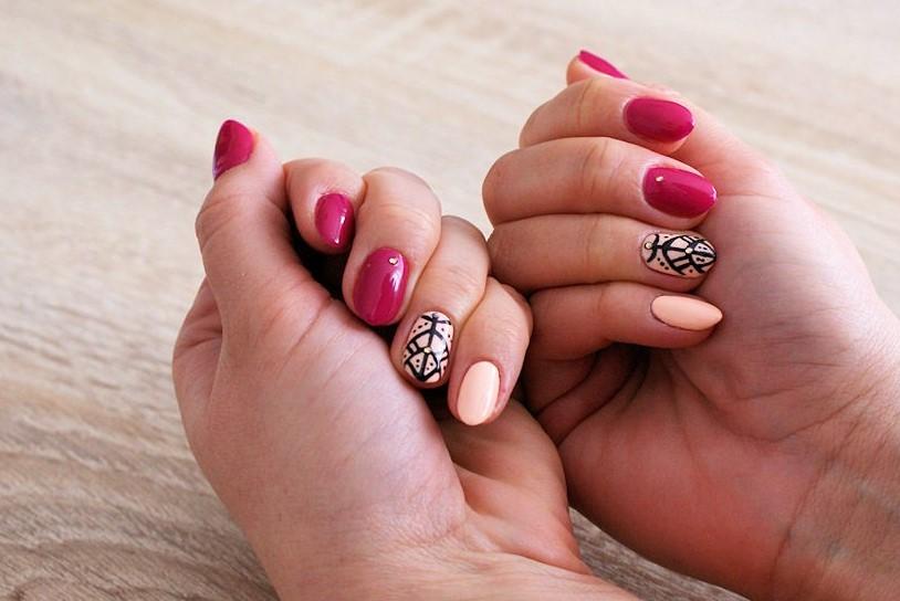 manicure fiolet i brzoskwinia