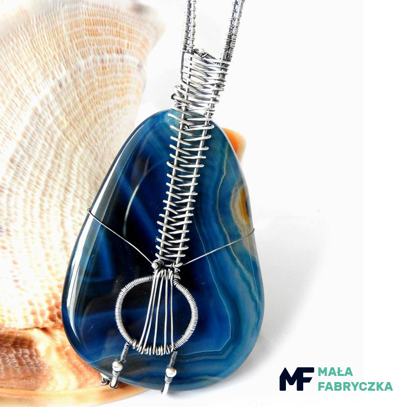 28c0fe4af2 Biżuteria artystyczna dostępna w ramach asortymentu portalu Mała Fabryczka  obejmuje niezwykle obszerną ilość wzorów oraz różnych rodzajów zarówno  kobiecych