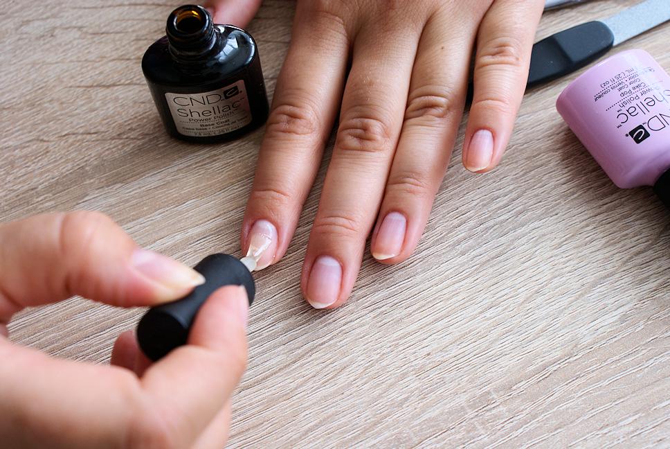 manicure-hybrydowy-krok6-nakladanie-bazy
