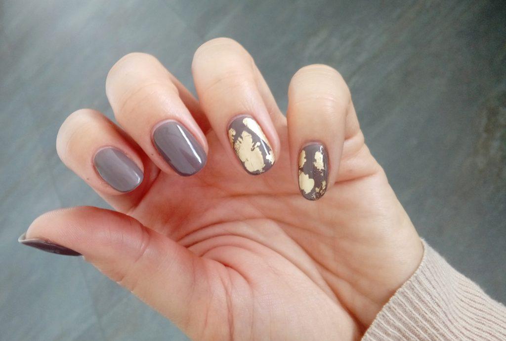 manicure-hybrydowy-szare-ze-zlotym