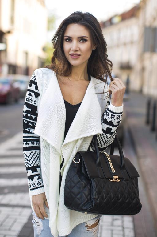 sweter-ecru-z-rekawami-we-wzory